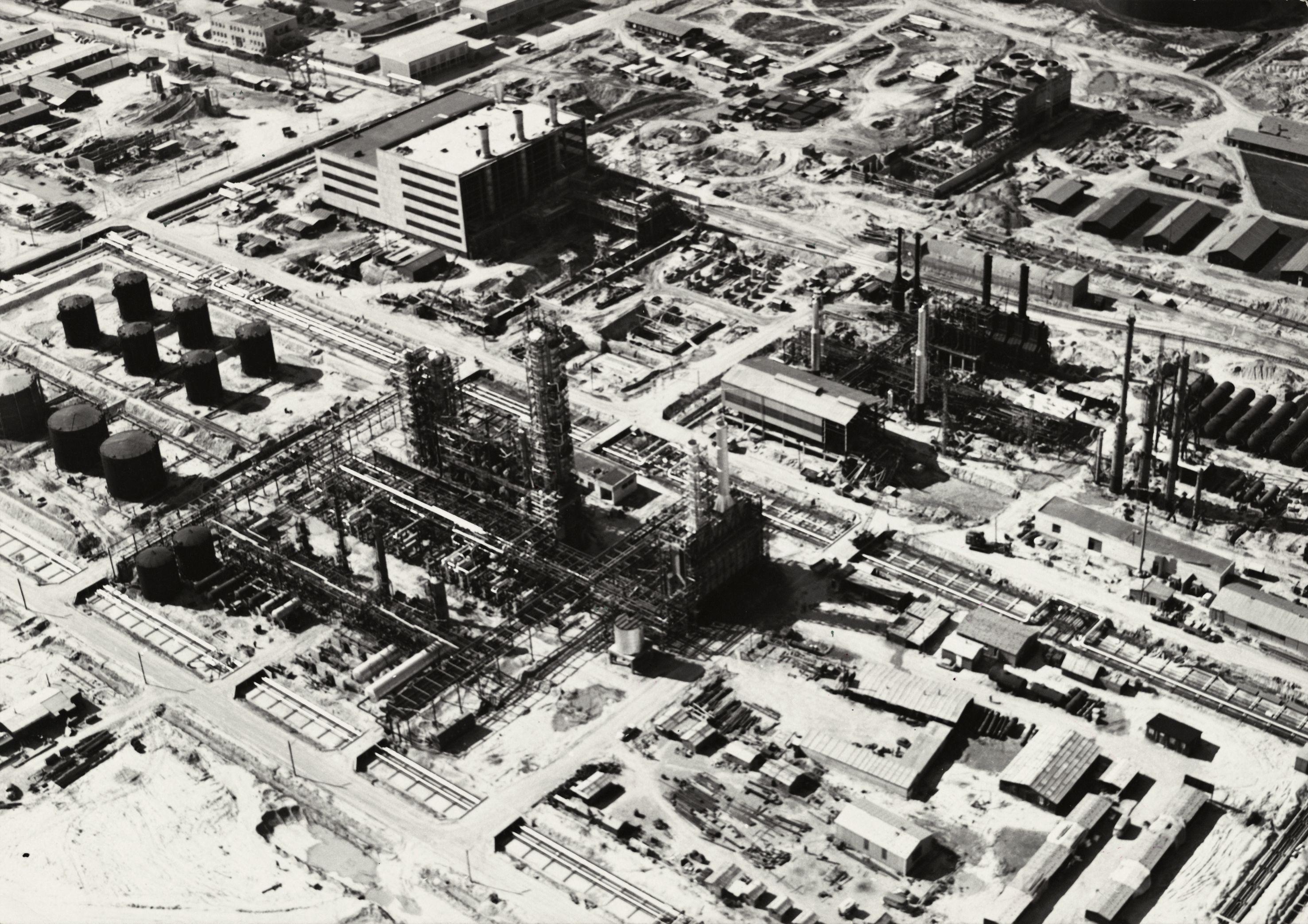 Schon in Betrieb aber auch noch in Bau. Raffinerie Schwechat in den 1960er Jahren. Quelle: Archiv Rohstoff Geschichte, Sammlung OMV-Bildarchiv.